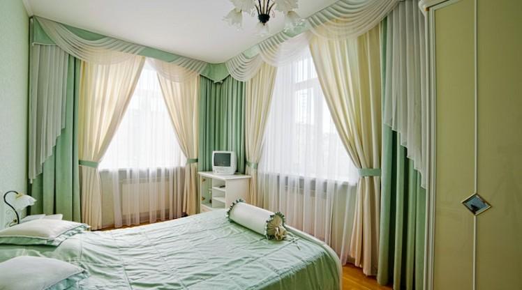 Фото дизайн спальни с 2 окнами