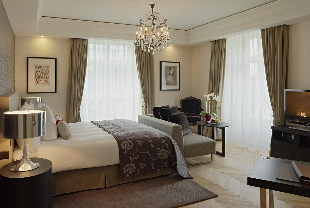 Дизайны спальни с двумя окнами