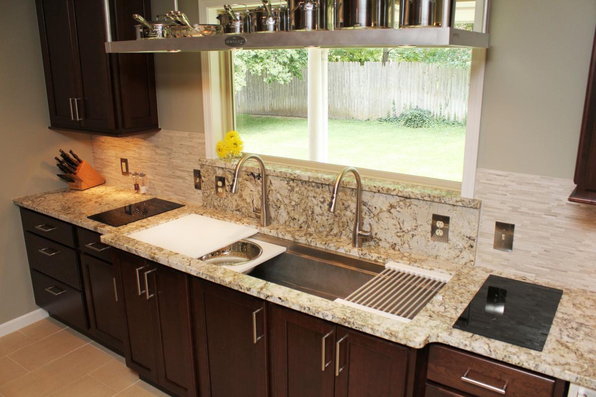 Фото дизайн кухни с окном мойка