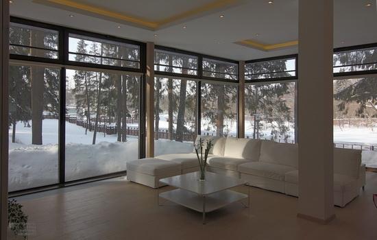 panoramnoe-osteklenie-v-zagorodnom-dome