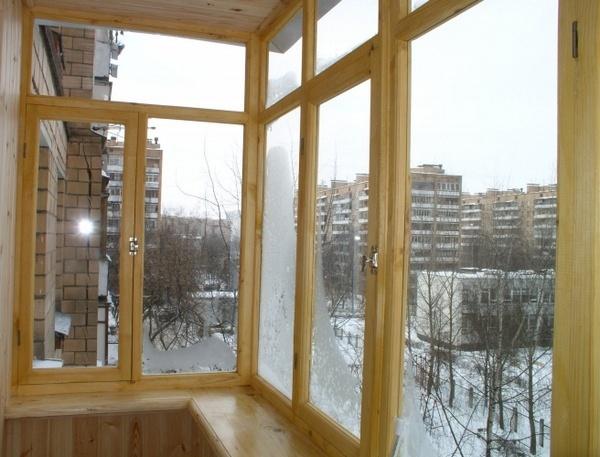 derevjannye-ramy-dlja-balkona-41