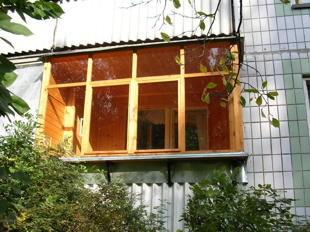 Остекление балконов деревом, плюсы и минусы деревянного осте.
