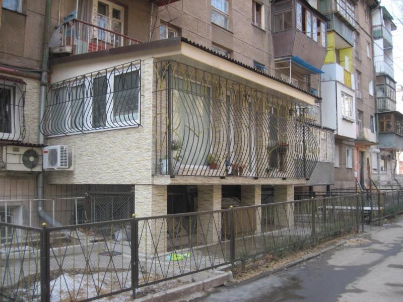 Балкон на первом этаже, основные виды балконов на 1 этаже, э.