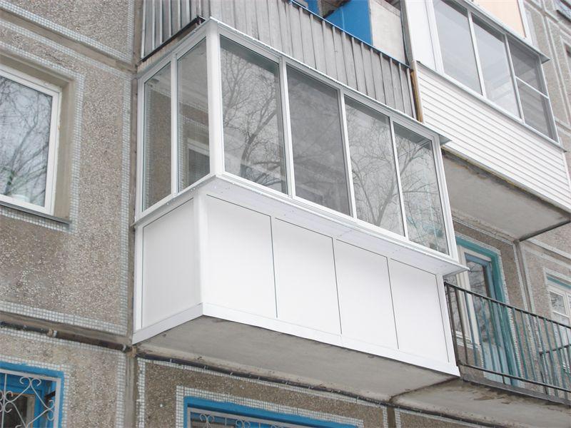 otdelka-balkona-s-vyinosnyim-ostekleniem