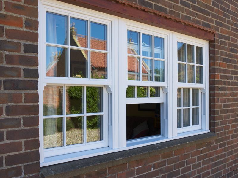 vertikalno-podemnoe-okno-v-zagorodnom-dome