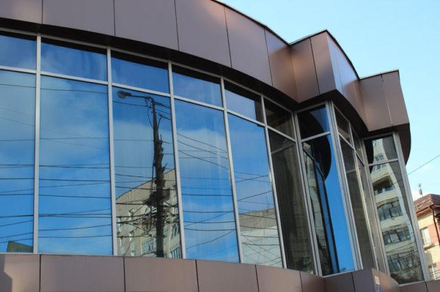 Алюминиевый витраж – это один из самых доступных вариантов отделки фасада сооружения