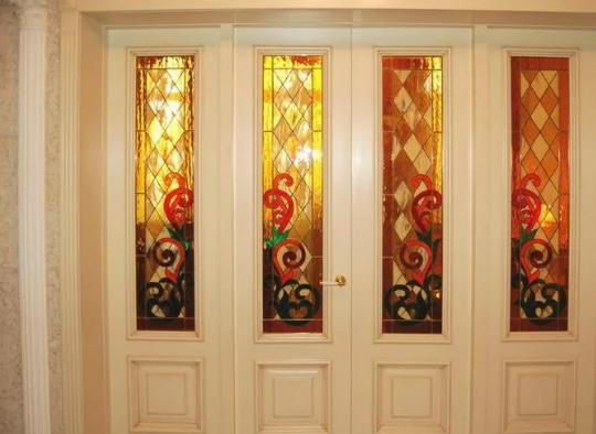 Рис. 1. Двери с витражами в интерьере