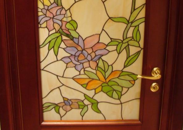 Рис. 4. Витраж пленочный на дверях в детской комнате