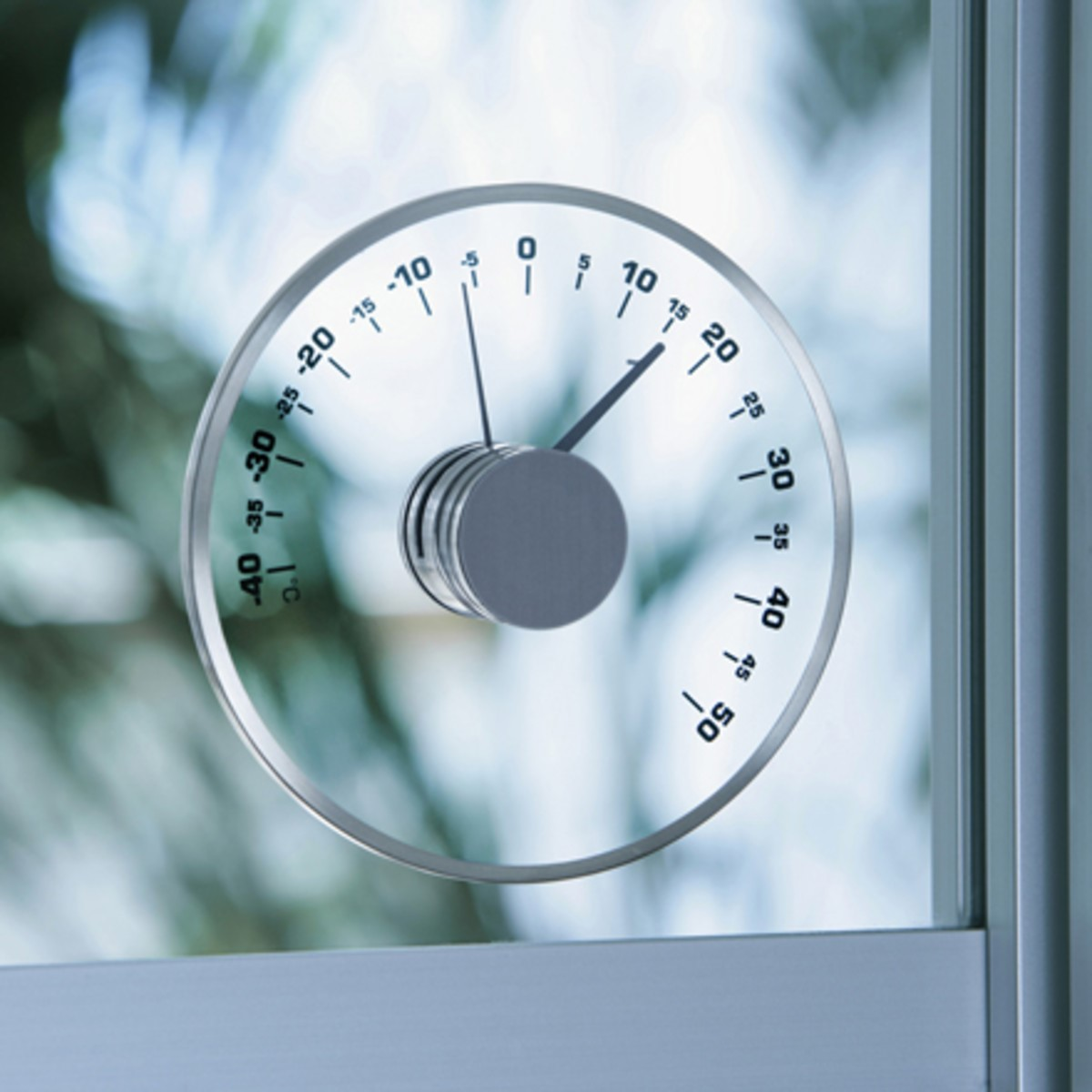 Рис. 9. Уличный термометр на пластиковом окне