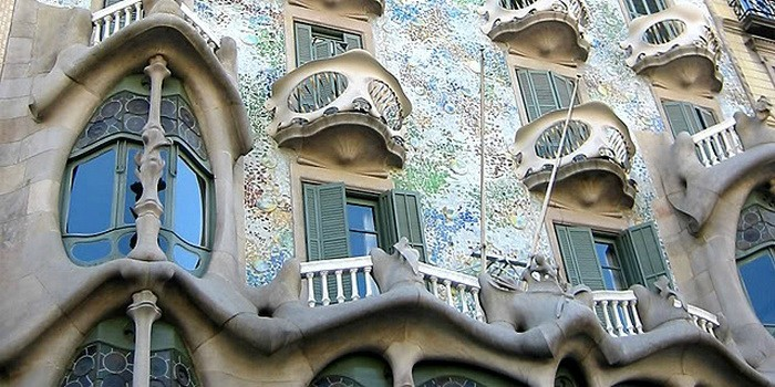 Рис. 2. Витраж в стиле Арт-деко, примененный на здании
