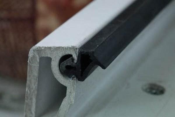 Рис. 3. Благодаря профилю уплотнительная манжета плотно ложится в углубление и надежно защищает фурнитуру окна