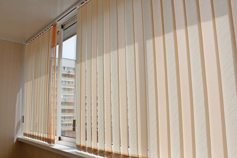 Какие жалюзи лучше для балкона - выбор материала, преимущест.