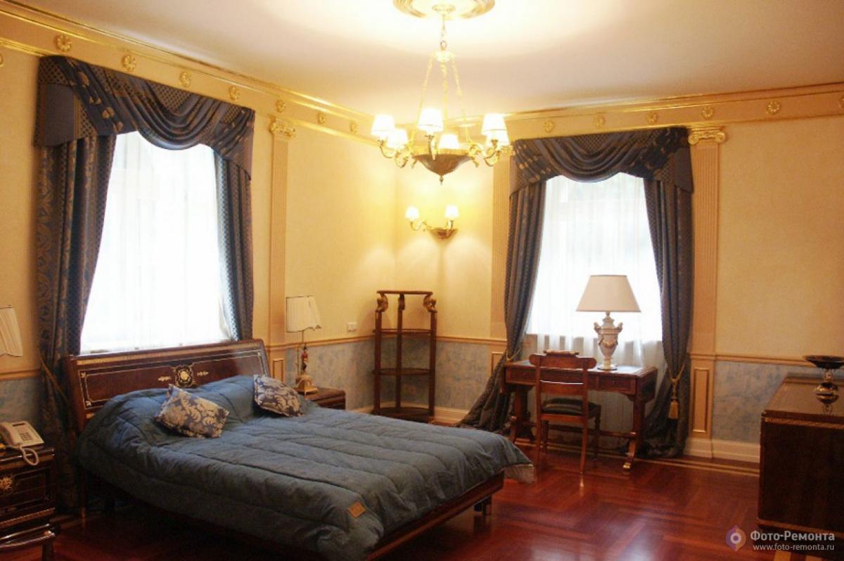Дизайн спальни 18 кв м два окна