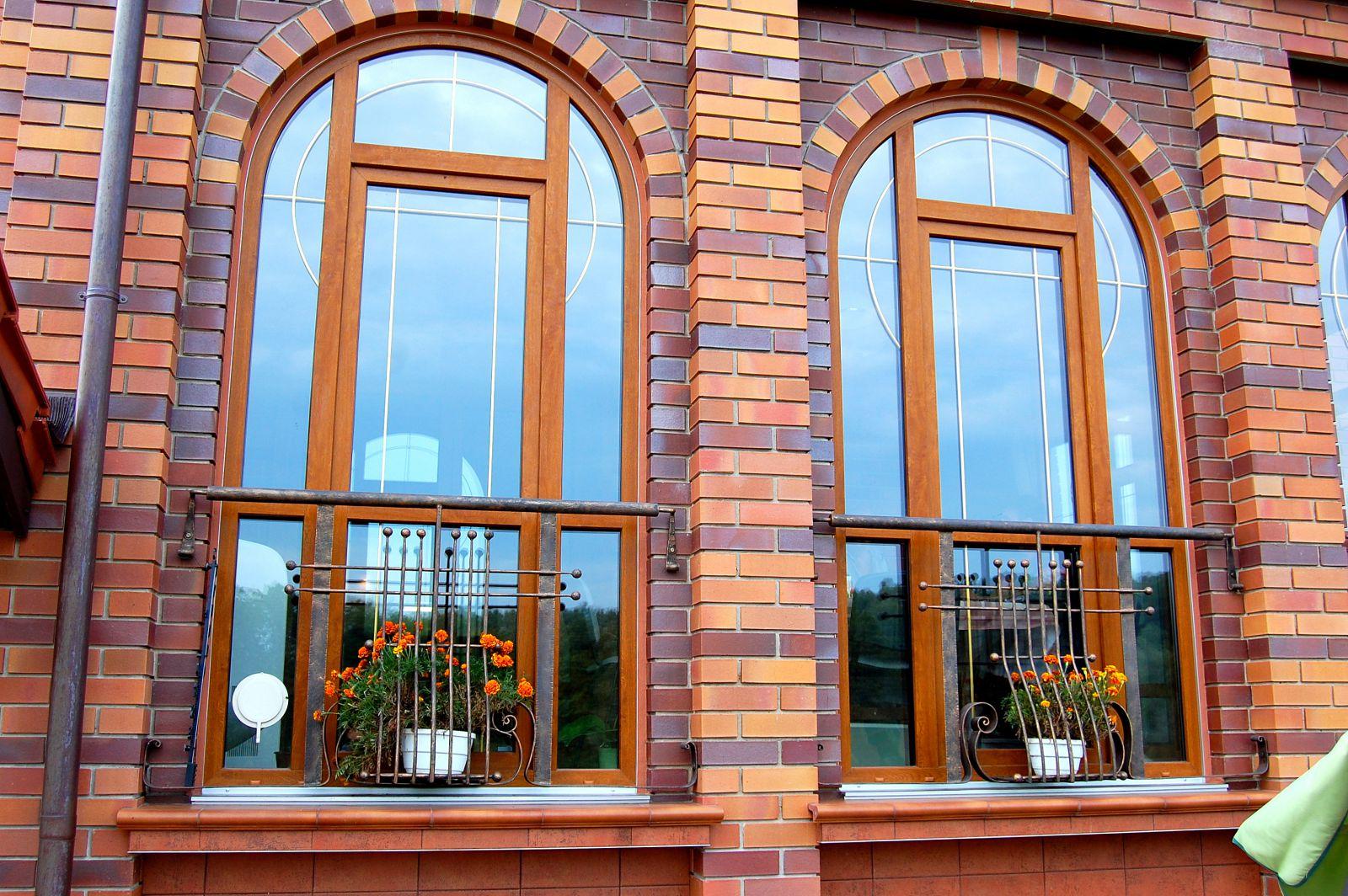 dekorirovanie-okna-zolotymi-shprosami