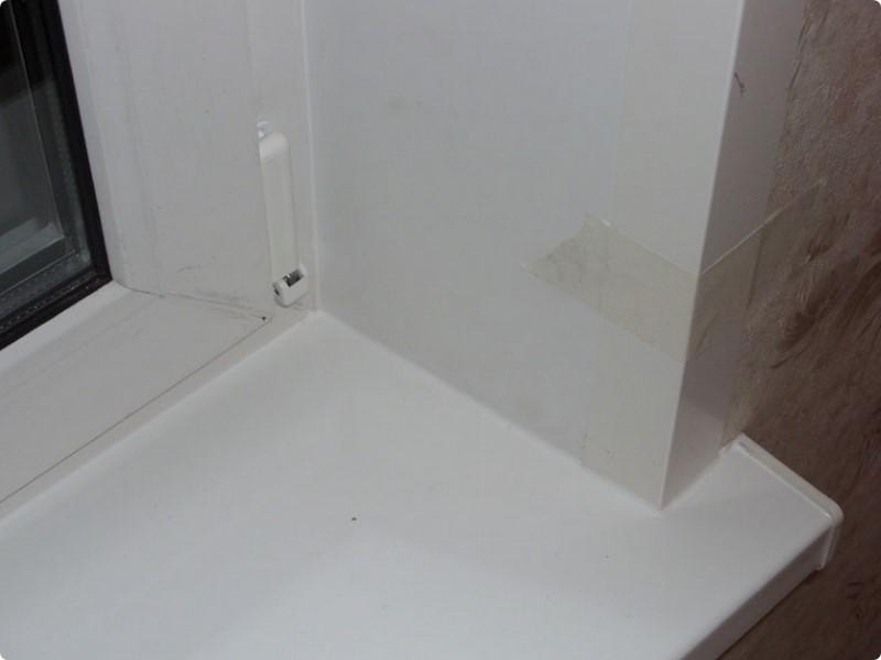 Рис. 5. Вид шва, выполненный с помощью жидкого пластика, полностью сочетающийся с материалом откосов, оконных блоков и подоконника.